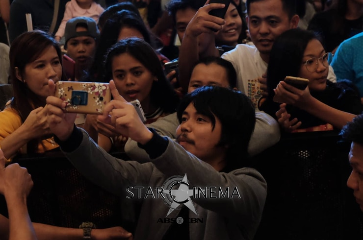 Empoy Marquez with his fans at Vistamall Bataan
