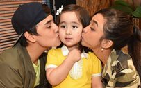 Scarlet Snow totally defeated Edward Barber at Jenga and it's super cute