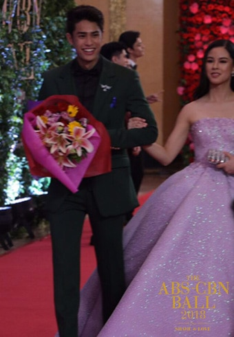 Donny Pangilinan surprises his lady, Kisses Delavin with a bouquet of flowers!